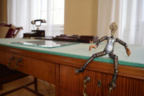 Cesta do hlubin robotovy duše. Památník Karla Čapka představuje výstavu k výročí hry R.U.R.